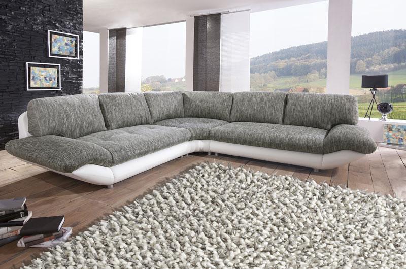graues Sofa mit Teppich aus Schurwolle