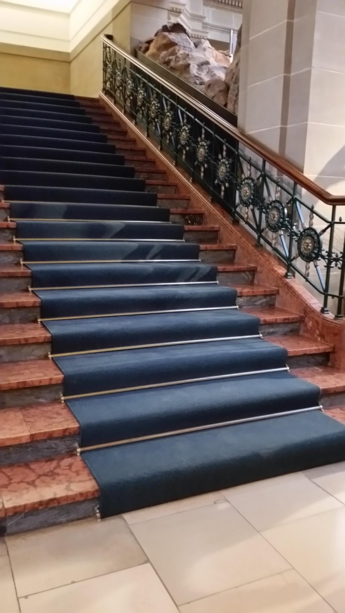 Treppenläufer auf großer Treppe