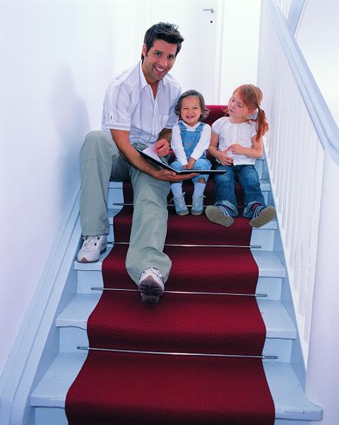 Vater mit Kindern auf Treppe