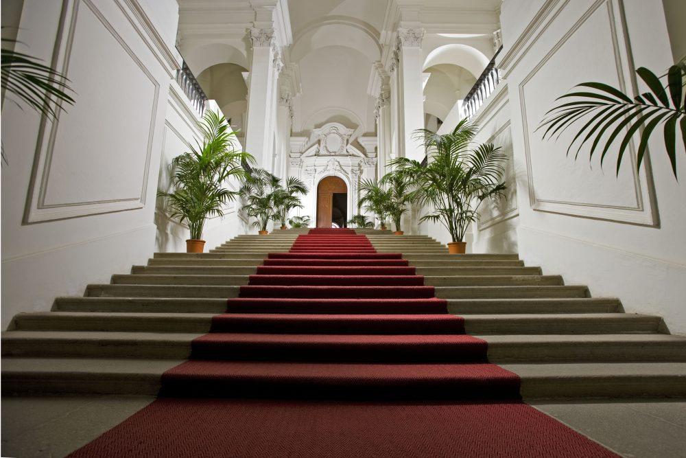 große Treppenstufen mit Teppich