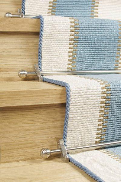Treppenstange mit Wollteppich auf Treppe
