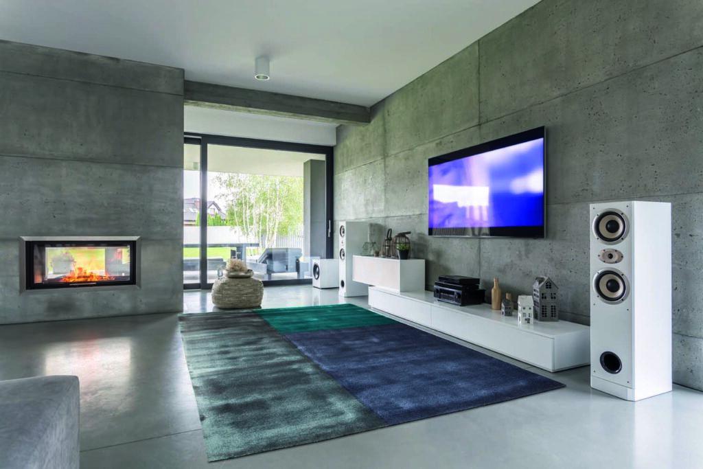 moderner Raum mit Teppich und grauer Wand