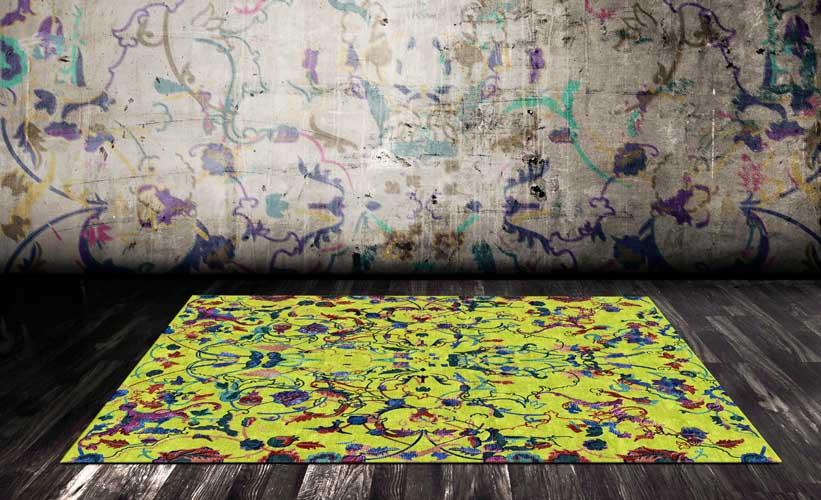 gelber Teppich mit Muster vor grauer Wand
