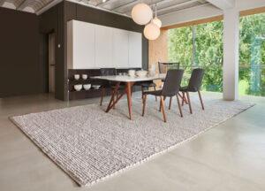 Tisch und Stühle mit hangeknüpften Teppich