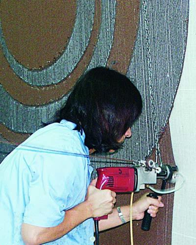 Frau mit Tufting Pistole vor teppich