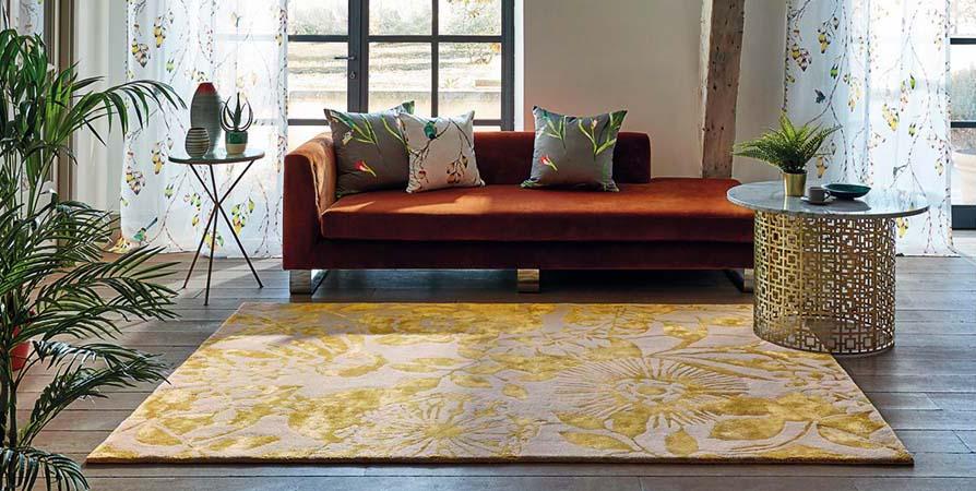 Teppich gelb floral mit sofa