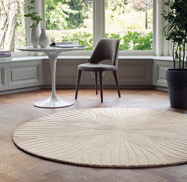 runder Teppich mit Muster und Tisch mit Stuhl