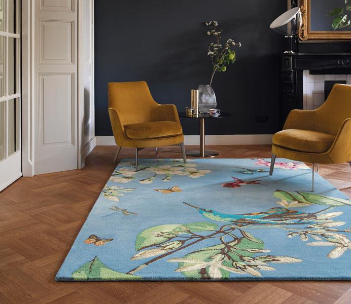 Teppich hellblau mit kolibri und zwei Stühlen