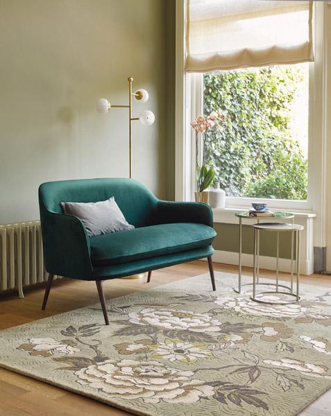kleines sofa mit floralem Teppich