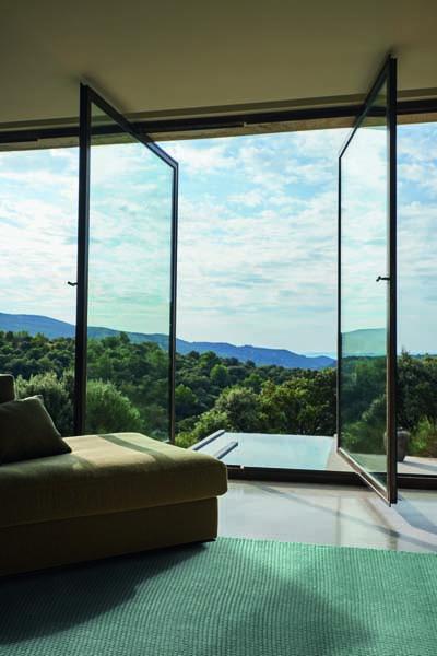 Outdoorteppich vor offenem Fenster