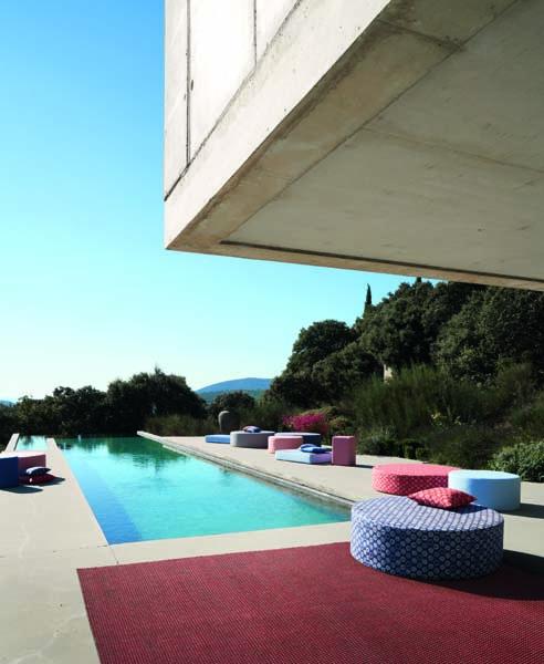 Outdoorteppich und Sitzmöbel vor pool