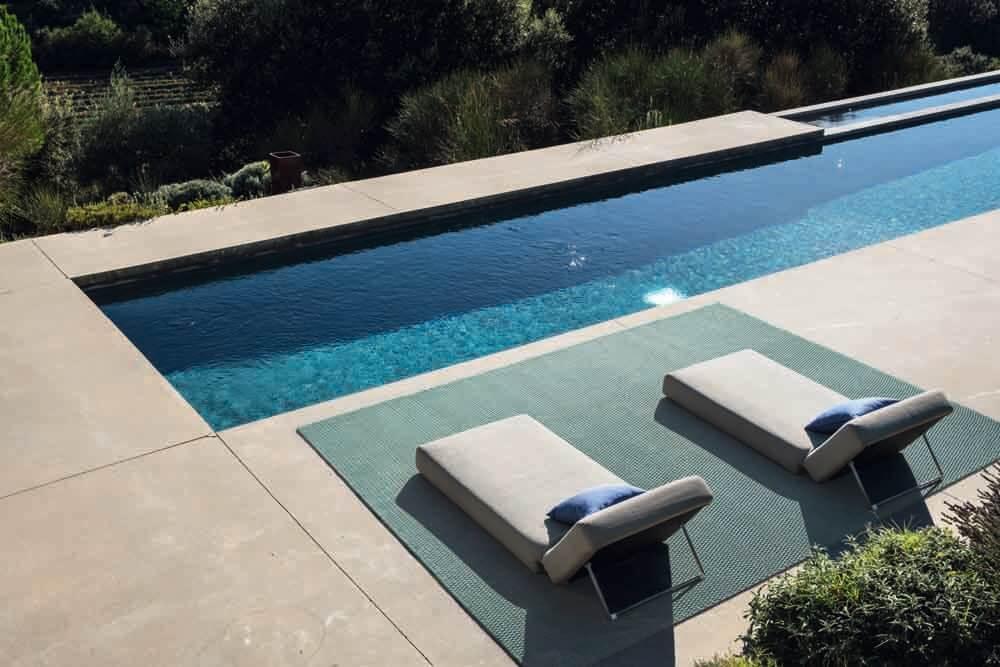 Teppich mit Liegen vor Pool