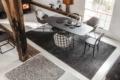 Jab Teppich grau mit Tisch und Stühlen