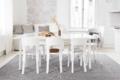 Tisch mit Stühlen und papier teppich