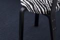 bauer teppich aus papier mit zebrastuhl