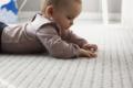 KInd auf Teppich