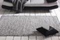 handwebteppich liegend vor sofa