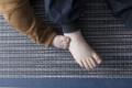 Kinderfuß auf Teppich aus Papier
