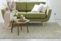 handwebteppich beige mit sofa grün