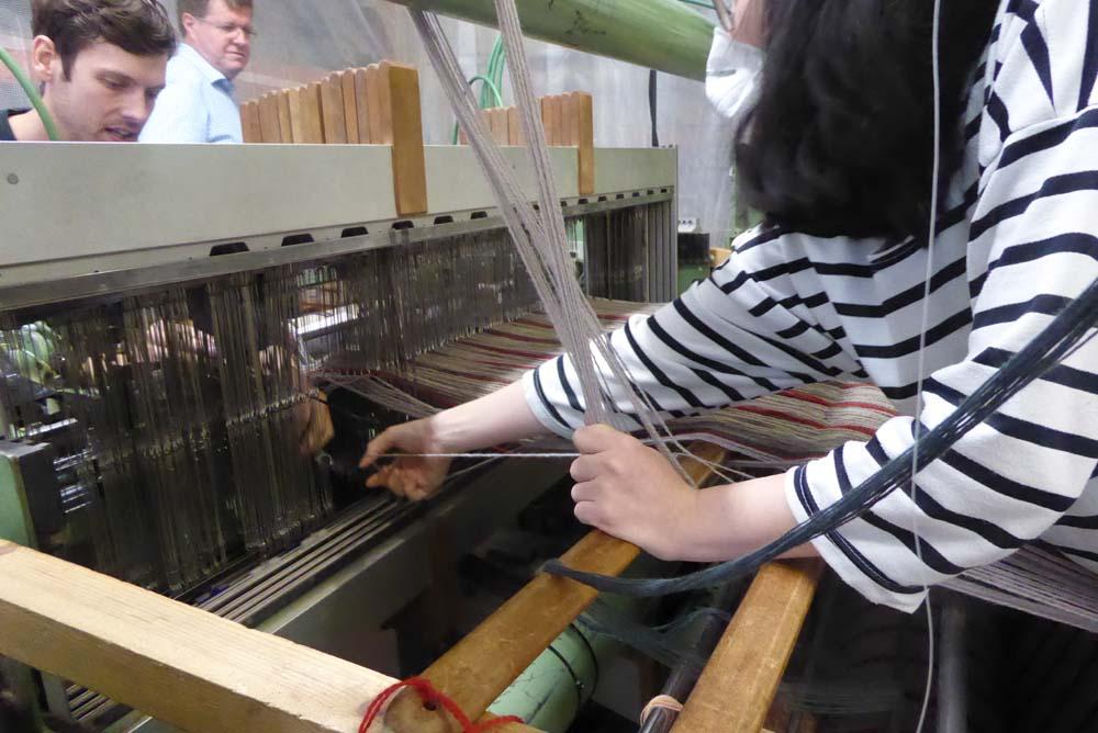Frau an teppichmaschine