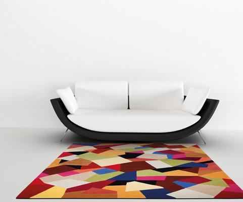 abstrakter teppich bunt mit sofa
