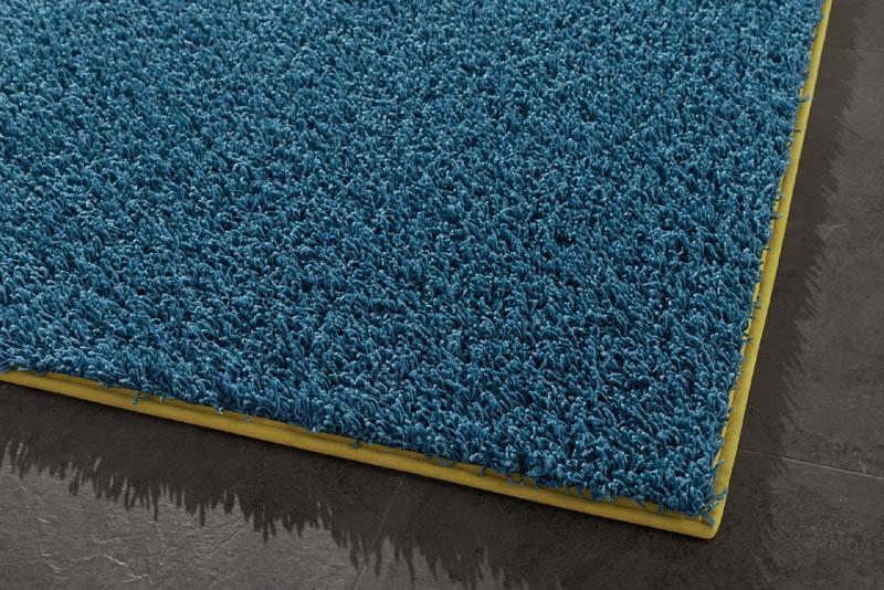 blauer Teppich mit Einfassung
