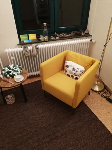 Teppich mit gelben Sessel