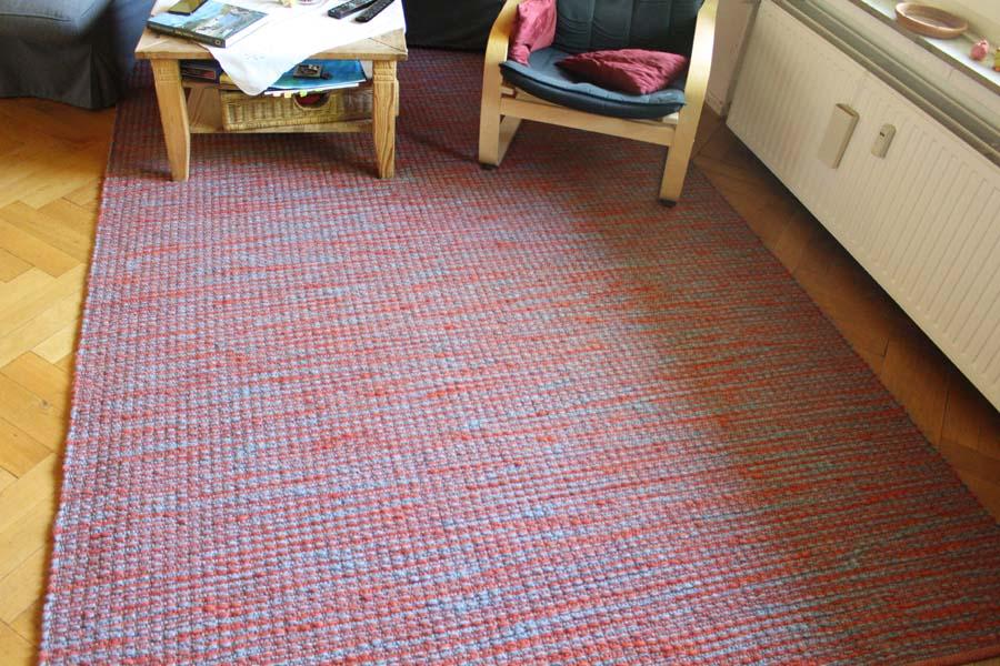 Teppich rot weiß von Mesa mit zwei Sesseln