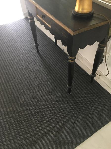Teppich aus Papier mit Konsole