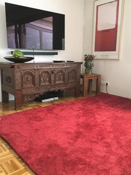 Teppich braun colelction bordeaux rot vor alter Kommode