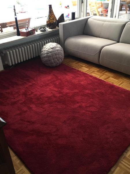 Teppich braun collection rot liegend vor Sofa