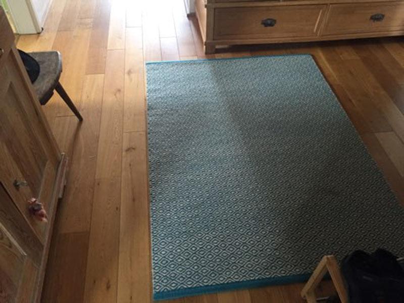 baluer Teppich mit Muster im Wohnraum