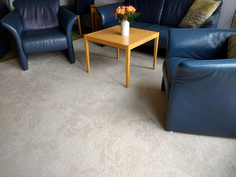 weißer teppich mit Muster und zwei Sessel mit Tisch