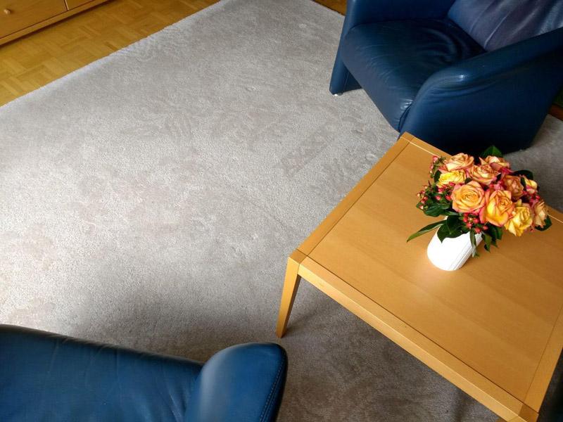 weißer Teppich mit floralem Muster