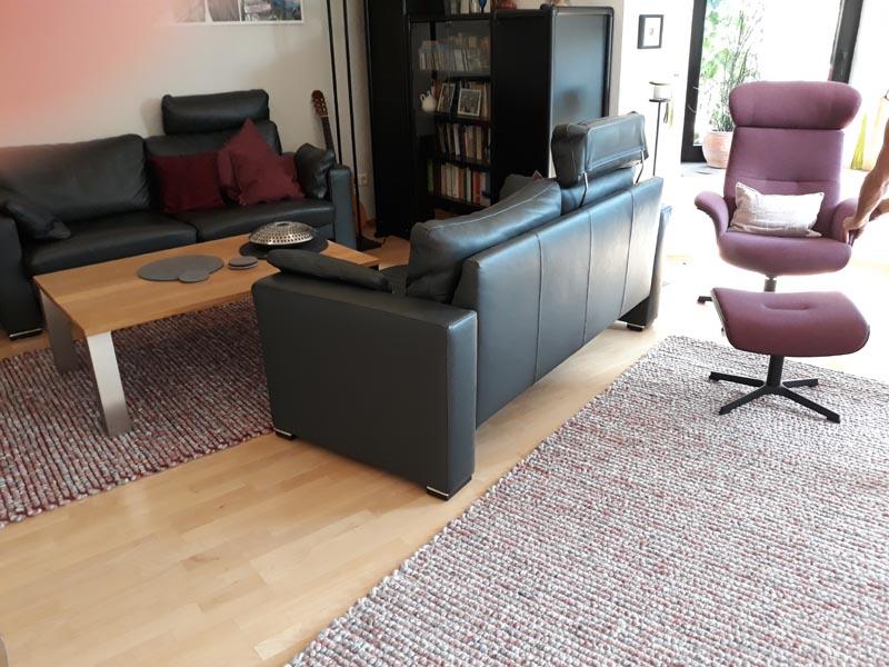 Teppich rot-rosa im Wohnzimmer mit Sessel und Sofa