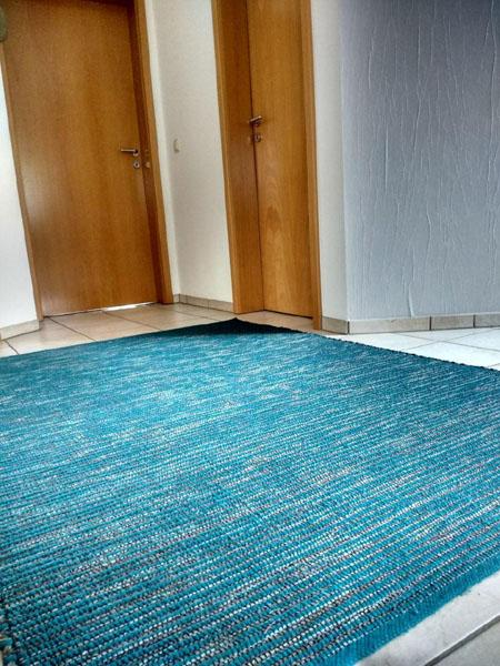 azur baluer Teppich im Flur , struktur blau weiß