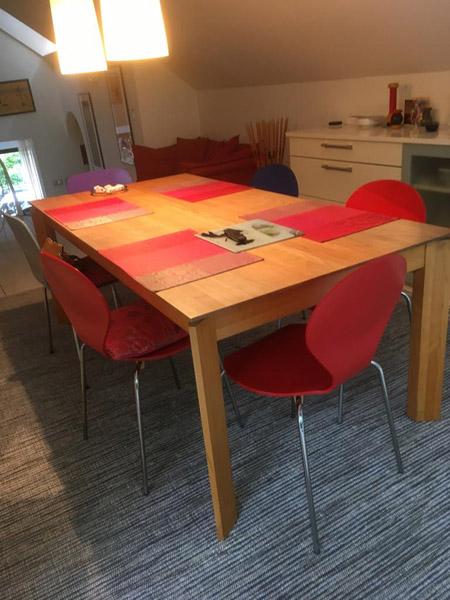 Teppich mit streifen und Tisch