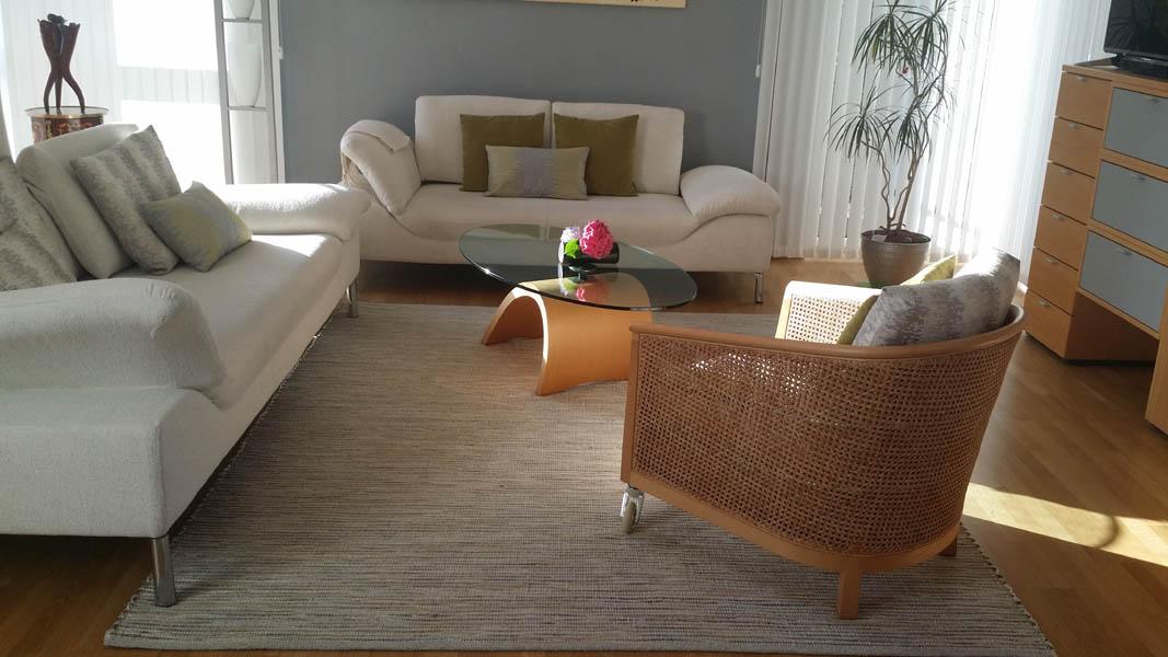 grau melierter Teppich mit Sessel
