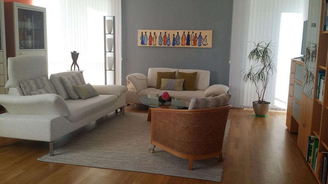 grau melierter Teppich mit Sofas