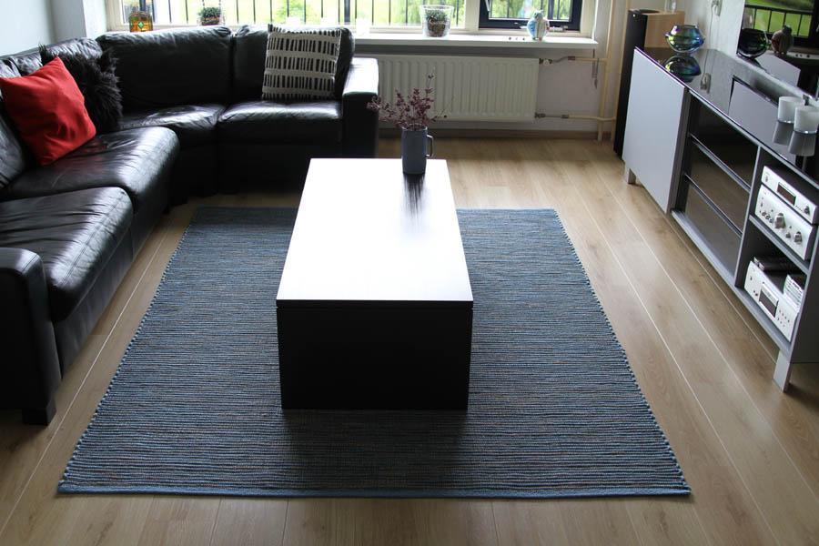 blauer Teppich mit struktur