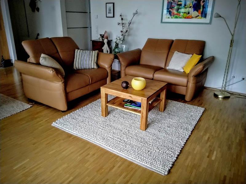grauer Teppich vor Couchtisch Seite