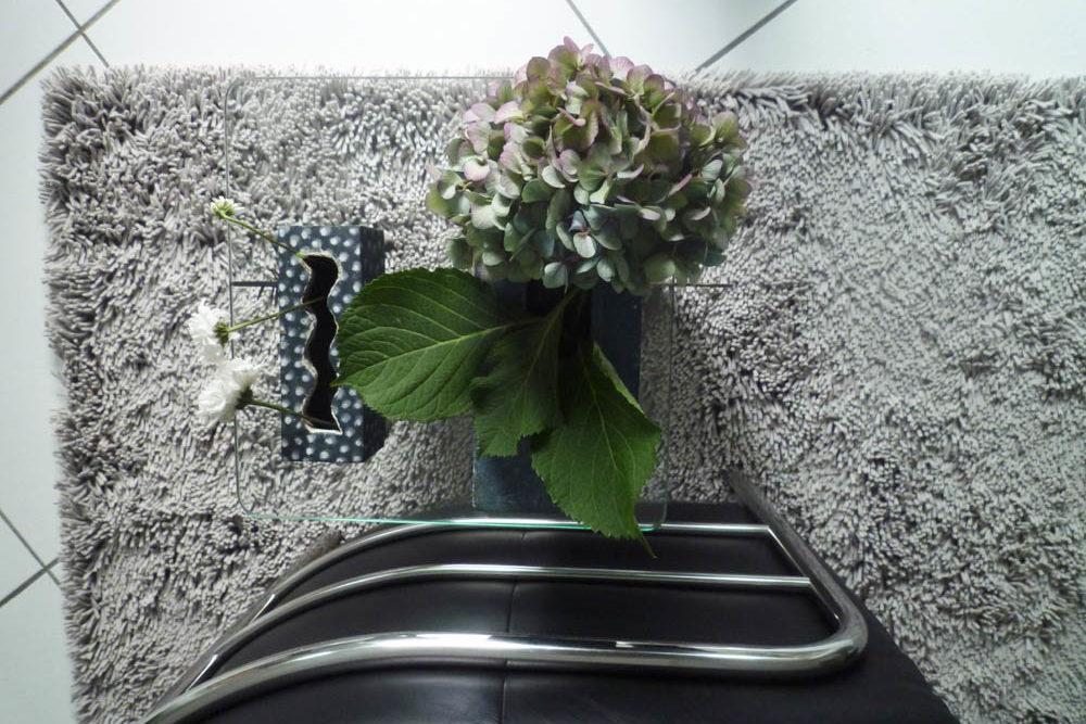 Sessel auf Loden Teppich von oben