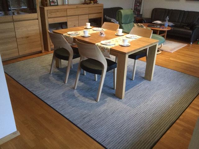 Teppich mit Tisch und Stüheln beim Kunden zuhause