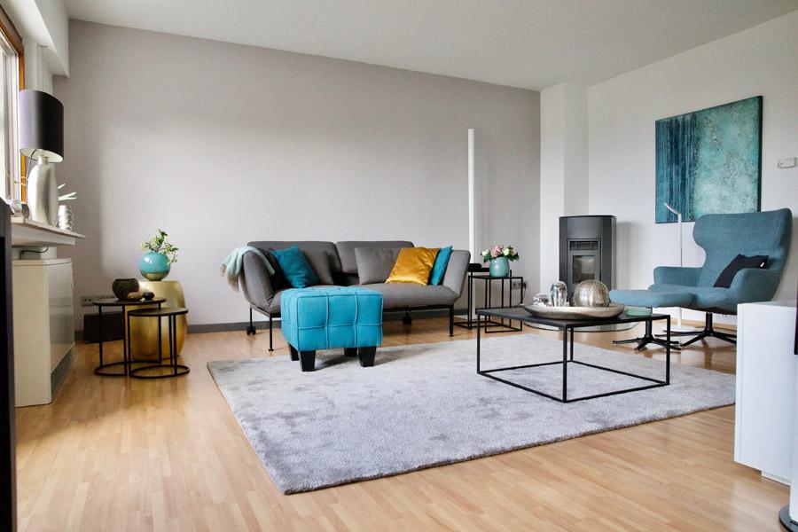 Teppich aus tencel und wolle mit Sofa und Tisch