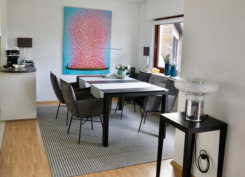 Teppich aus Papier mit Esstisch und Stühlen