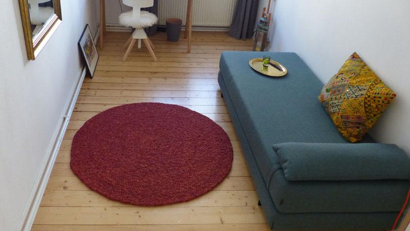 runder teppich von Haro vor Sofa