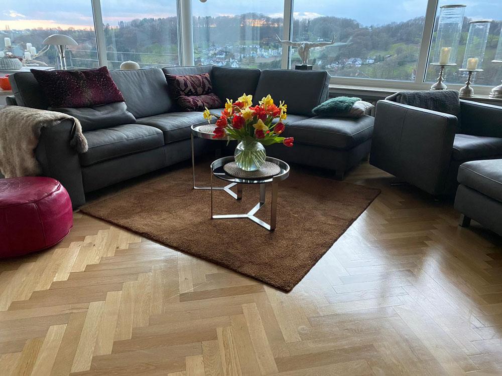Teppich aus tencel in braun vor Sofa