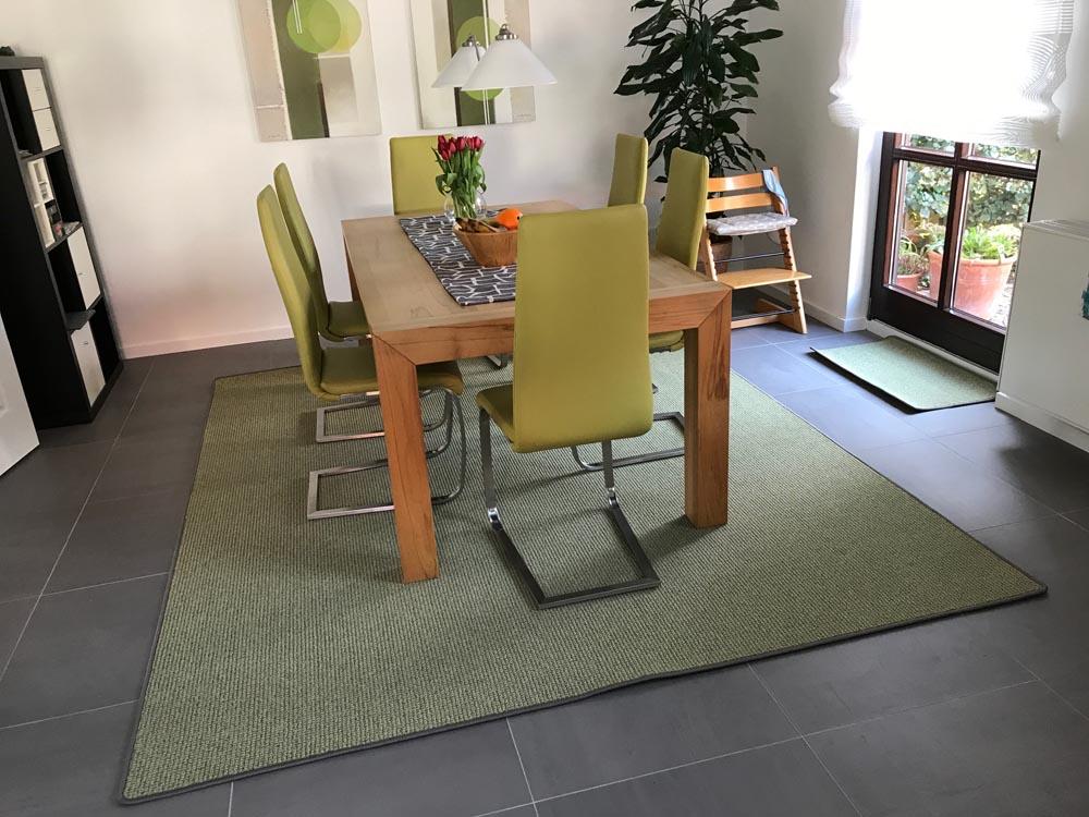 grüner Teppich mit Tisch und Stühlen