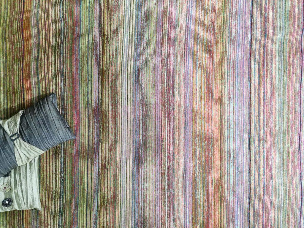 Seiden teppich mit bunten Streifen und kissen
