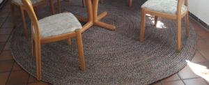 Sisal teppich mehrfarbig rund mit stühlen